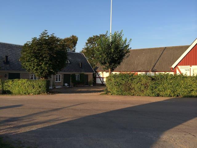 Charmigt hus i skånegård nära golf - Arild - Casa