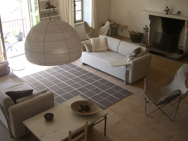 Converted French Village Winery - Aigues-Vives - Casa