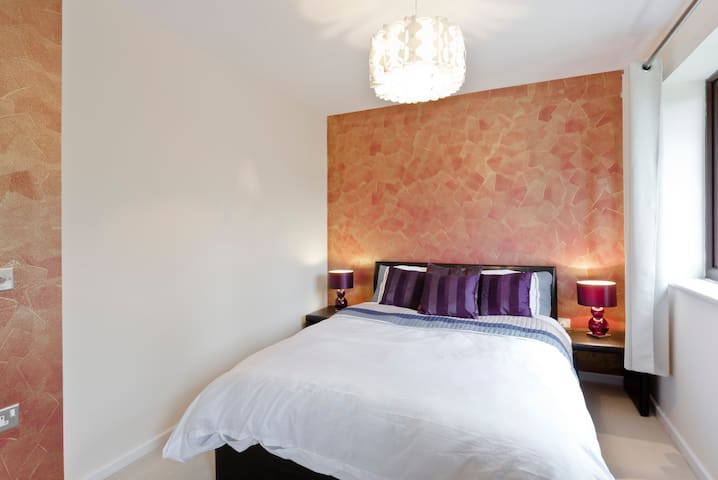 Clean, cosy, excellent location - Earley