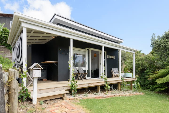 Rosie's cottage renovated with lovely sea views! - Whangaparaoa