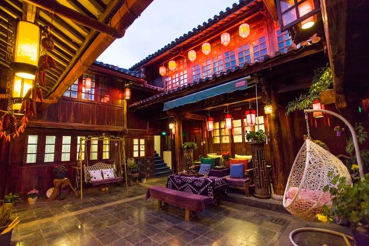 古城地理中心传统纳西老院落,安静精致,可住10人左右! - Lijiang - Casa