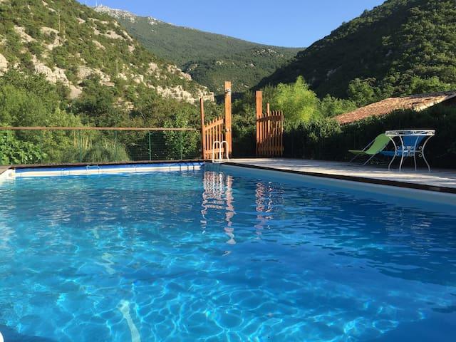 Superbe maison, avec piscine en bord de rivière - Gorniès - Casa