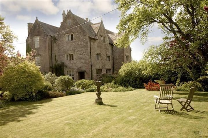 Enchanting 16th century Manor with walled garden. - Mathern, Chepstow