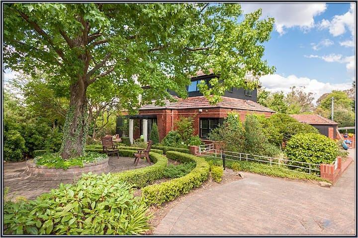 Classic Canberra Home - Deakin