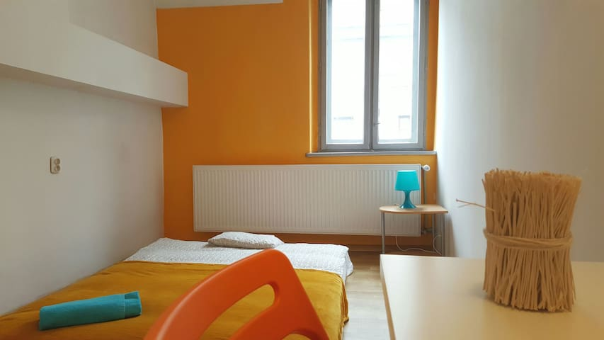 Nice room 150 meters away from the main station OR - Katowice - Appartement