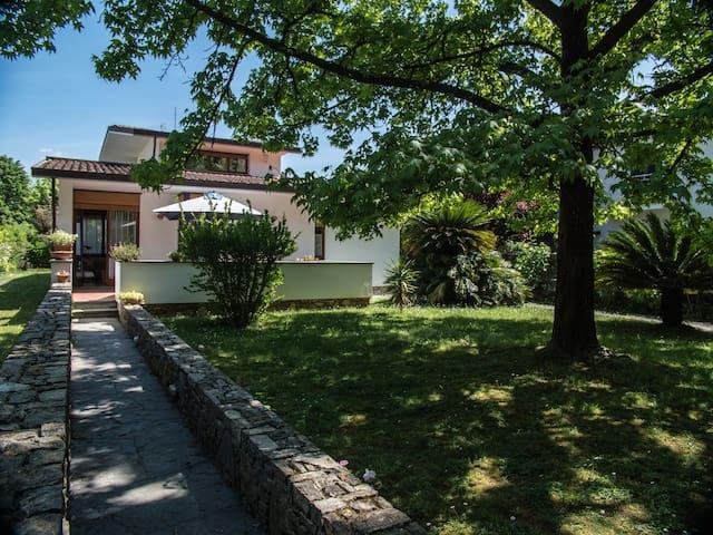 Central design flat with garden - Forte dei Marmi