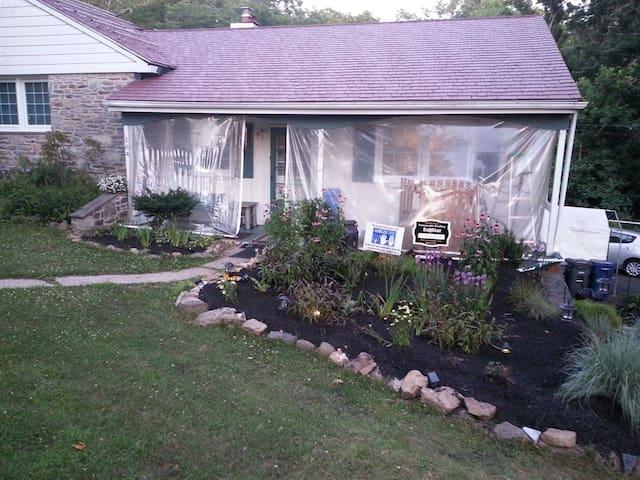 Great Room - in Quiet Parkside Home - Ambler - Maison