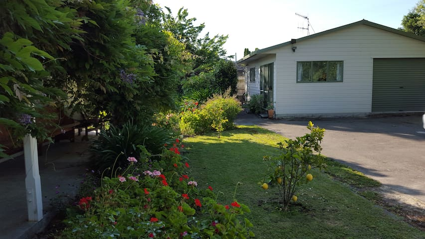 Private, self contained & free wifi - Napier