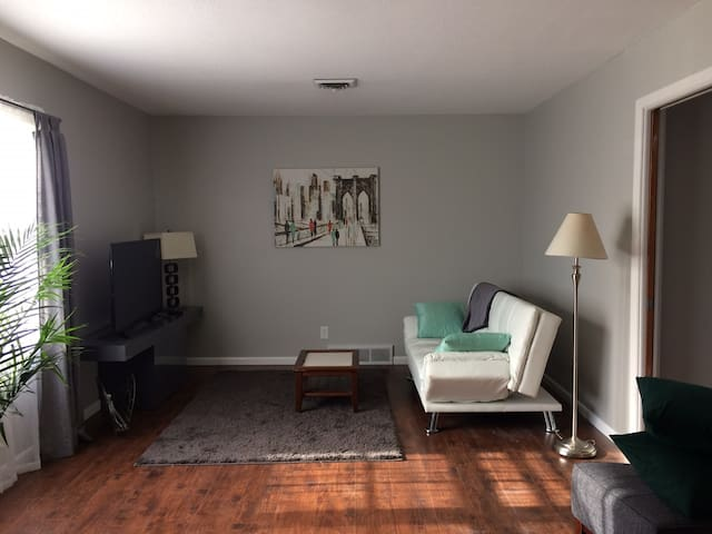 Sunny, charming, mid-century/modern apartment - Lawrence - Apartamento