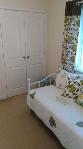 Fresh & cosy single room, tea/coffee warm welcome - Buckshaw Village - Rumah