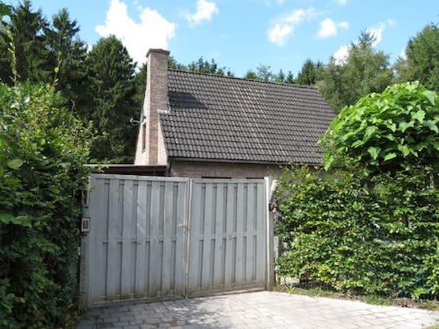 Het Stropershuisje: logeren middenin het bos! - Stekene - Casa