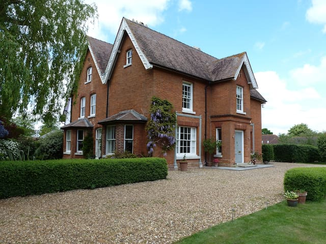Stylish Victorian Village Rectory in large garden - Diss - Bed & Breakfast