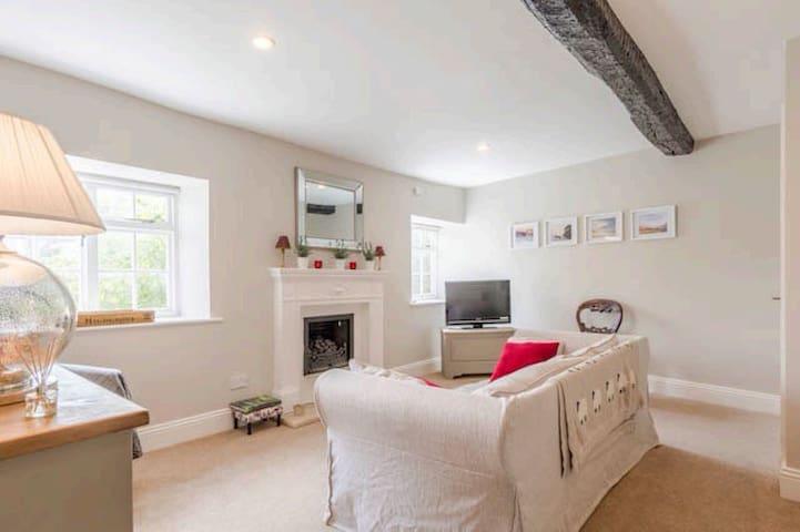 Large two bedroom, split level apartment - Tetbury  - Apartemen