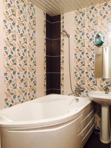 Горная 6а. Большая кровать и ванная. - Nizhnij Novgorod - 公寓