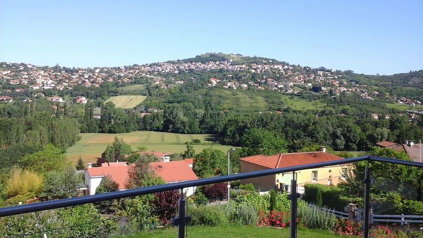 Chambre avec très jolie vue, maison quartier calme - Veyre-Monton - Ev