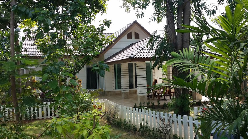 House, 500 m from the sea, 700 m by road. - Tambon Taphong - Bungalov