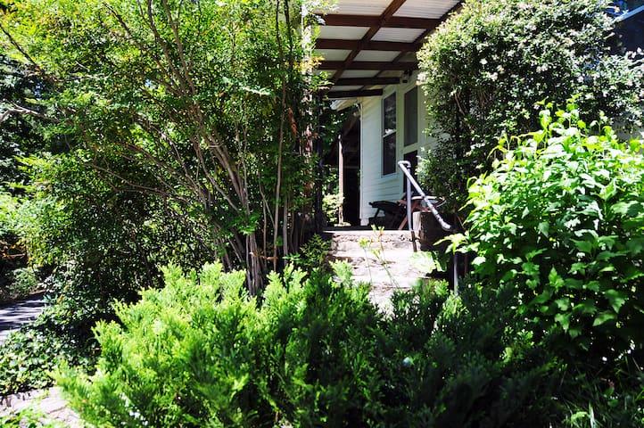 Tryon's Chestnut Cottage: Comfortable, Charming - Tryon - Apartamento