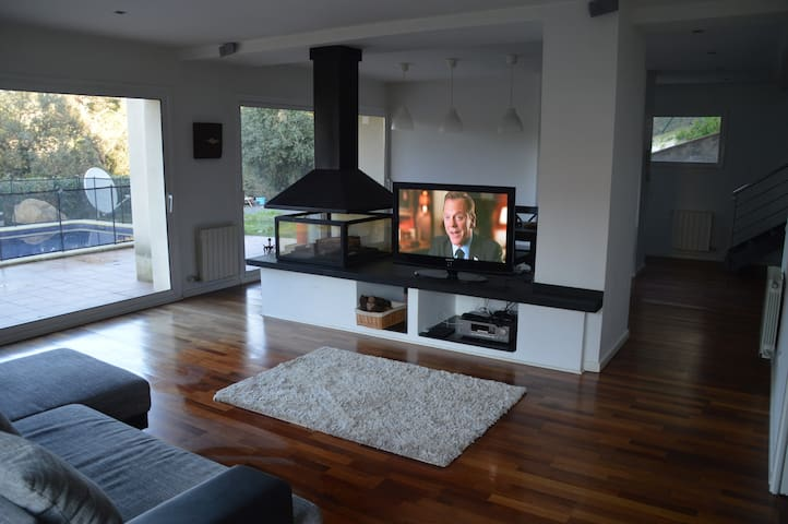 House with swimming pool/ beach nearby - Vilanova del Vallès - Huis