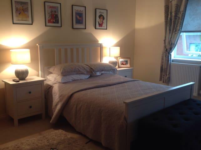 Beautiful En Suite Double Room - Weybridge - Rumah