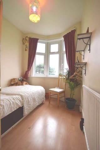 Private room in friendly home N12 - Lontoo