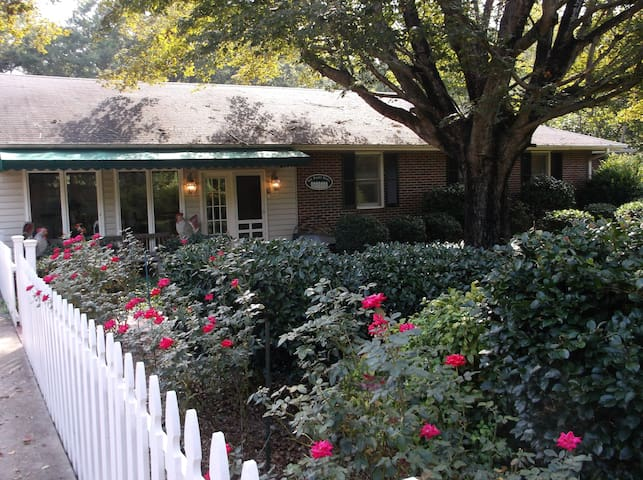 PICKET FENCE B&B...THE CLEMSON SUITE-WEEKLY RATES! - Anderson