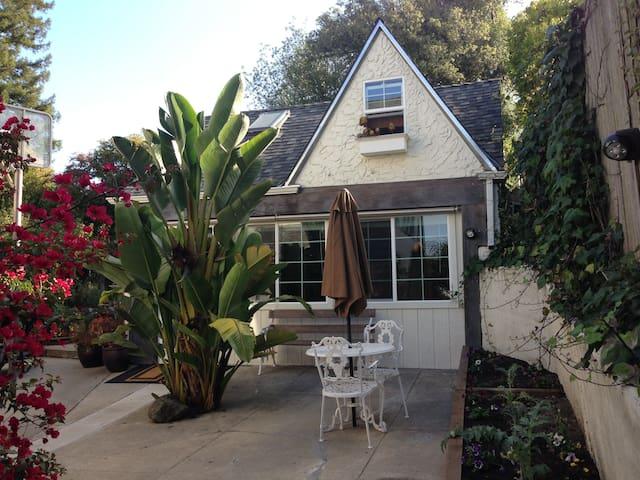 Bay View Cottage in Berkeley Hills - Berkeley - Hytte (i sveitsisk stil)