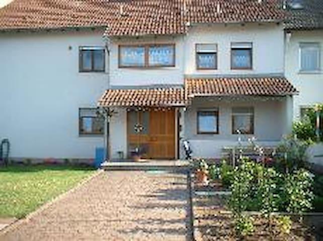 Ruhige Unterkunft, Souterainwohnung - Elsenfeld - Daire