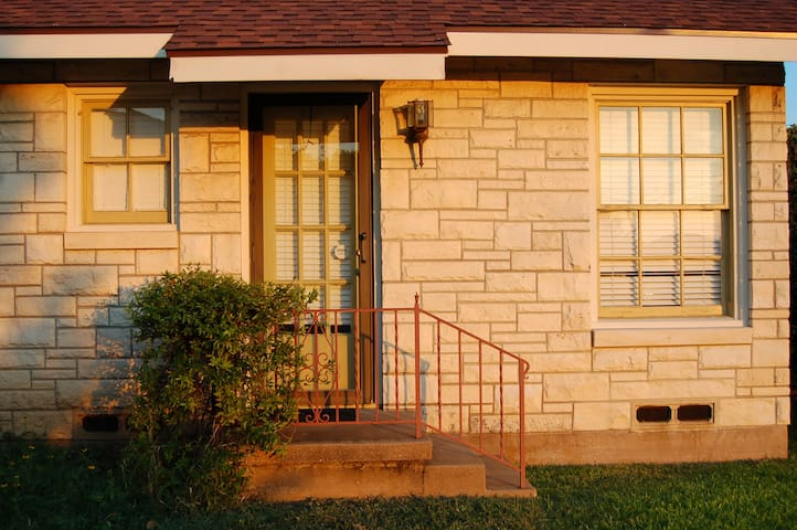 Private Entrance! Charming 1940's Guest Room - Waco - Hus