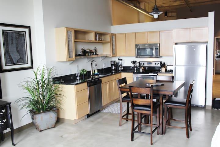 *Cork Factory Apt w/ Riverview* 611 STRIP DISTRICT - Pittsburgh - Apartamento