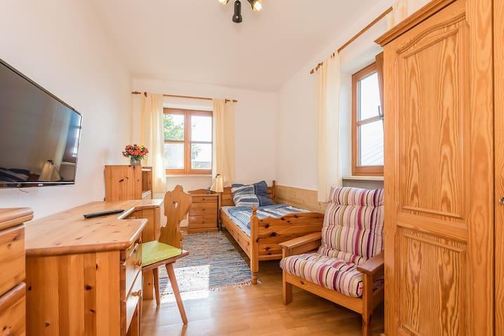 Room 1 with shared kitchen / bath - Burgkirchen an der Alz - Дом