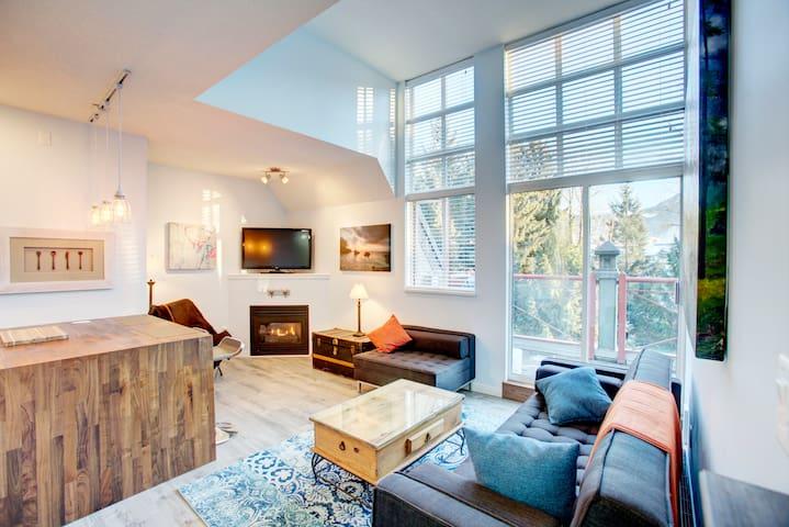 1 Bdrm Modern Village Penthouse - FREE PARKING - Whistler - Apartament