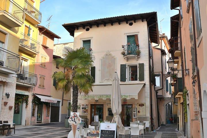 Apartment Sole,2 Sleeps  Pretty Apartment In Pedestrian Area In Torri del Benaco - Torri del Benaco - Appartement