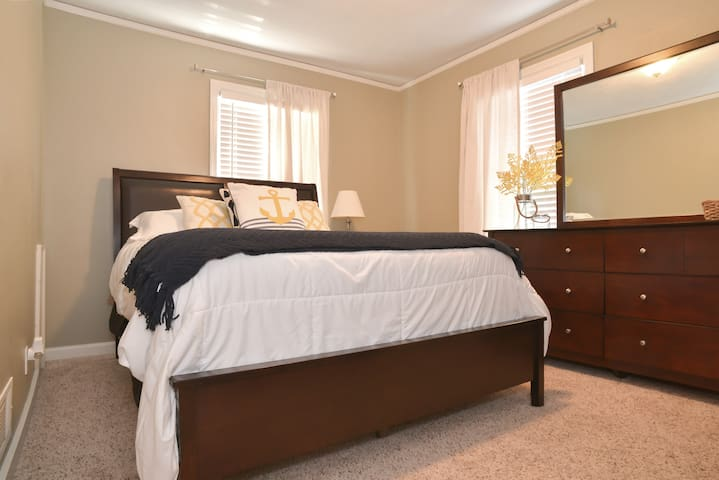Updated Home in Central Location - Overland Park - Hus