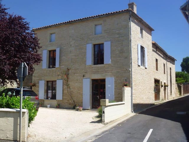 Delightful 3 bedroom BnB in Tusson - Tusson