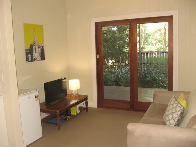 Private apartment, overlooking park - Wilston - Lägenhet