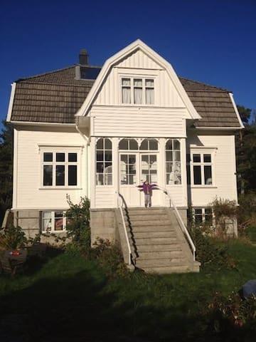 Room at the idyllic, carfree island - Tvedestrand - Ev