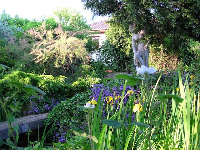 Room in artistic house and garden - Nézel - Talo