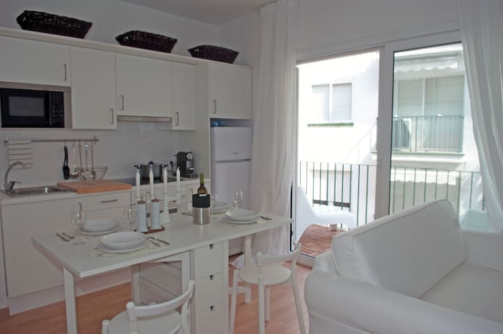 Nice apt with terrace next to beach / center - Sitges - Apartamento