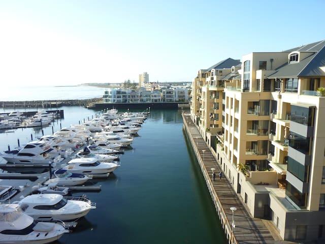 Superb Penthouse Apt Marina Views - Glenelg - Departamento
