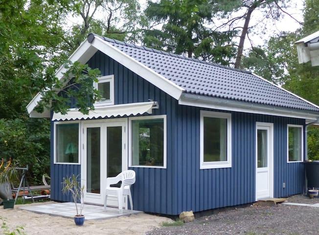 Romantic RØDEHUS near woods & beach - Frederiksværk - Pension