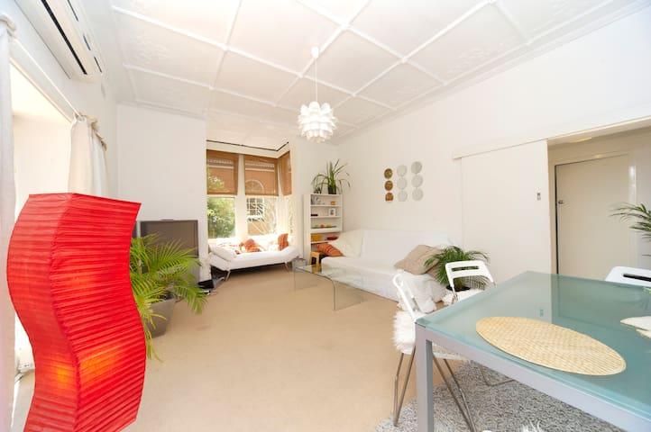 Loft-style room in Beachside Home - Sydney - Huis