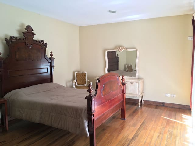 Beautiful room in the middle of the city! - Montes de Oca - Casa