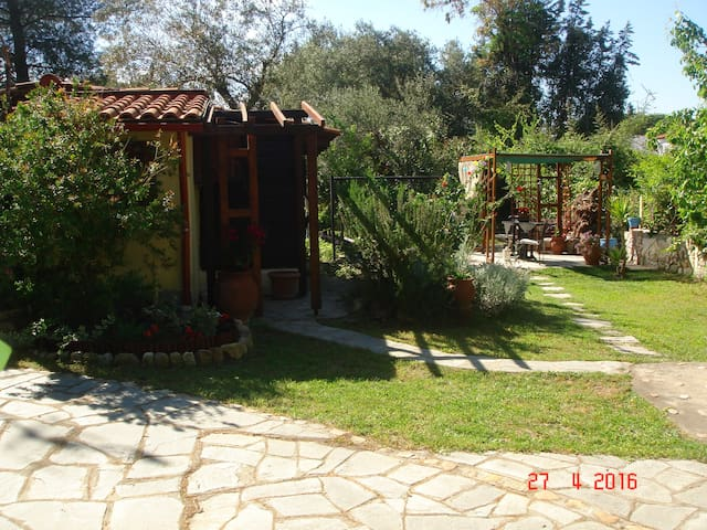 Cottage with garden near the sea! - Vourvourou