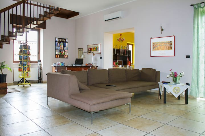 CHARMING HOUSE AND BEST LOCAL FOOD - Frattamaggiore - Hus