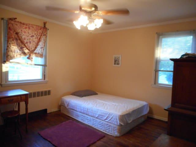 Spacious private room - East Meadow - Casa