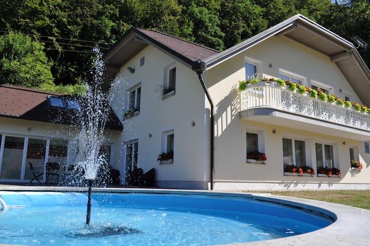 DOBRA VILA with private spa center - Šumnik - Villa