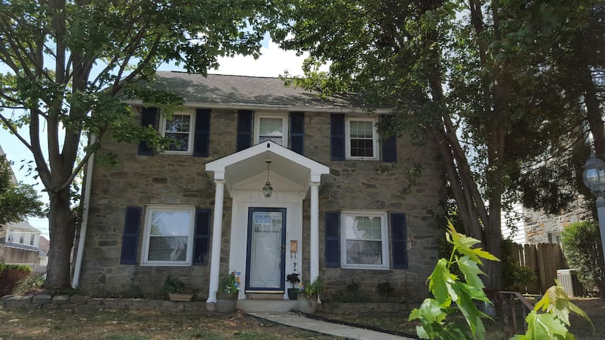 Family and Pet Friendly Colonial - Upper Darby - Maison