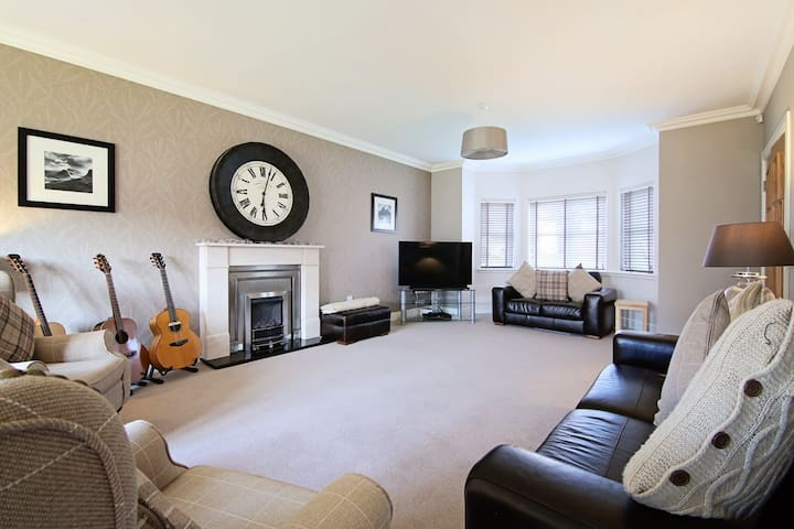Luxurious 5 Bed Family Home - Glasgow