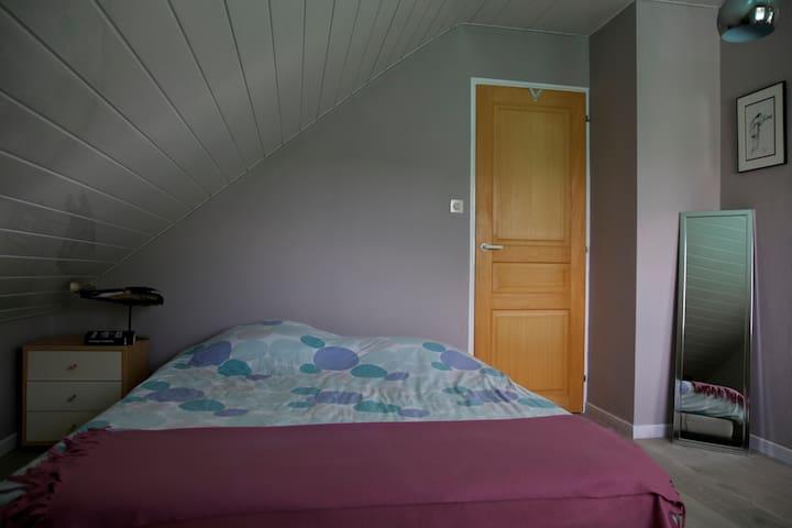 Chambre douillette et spacieuse - Seloncourt - Hus