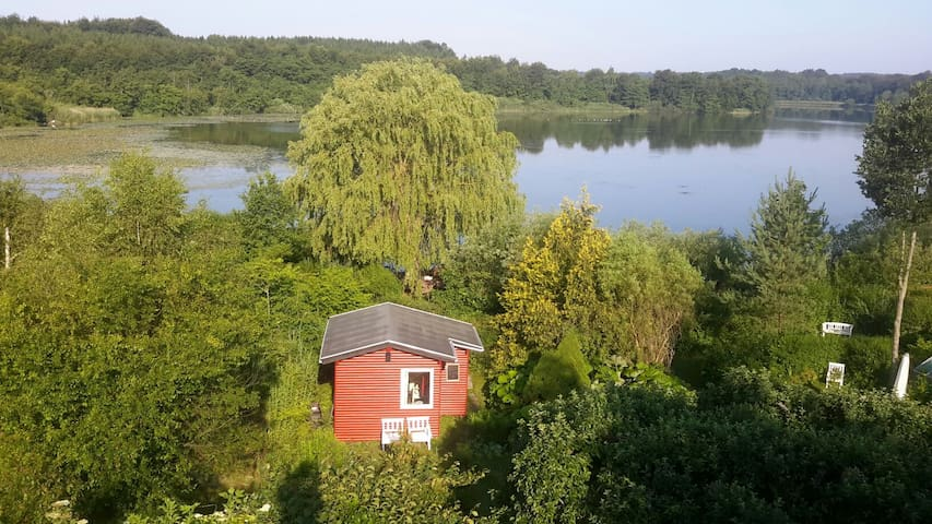 Primitive cottage right by the lake - Jyderup - Bed & Breakfast